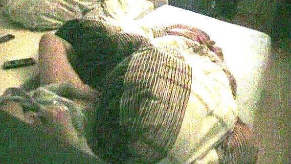 Старуха дергает манду в постели и попадает на скрытую камеру