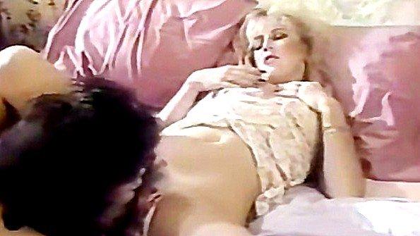 Дамы с большими сисями страстно лижут пезды в постели и кончают