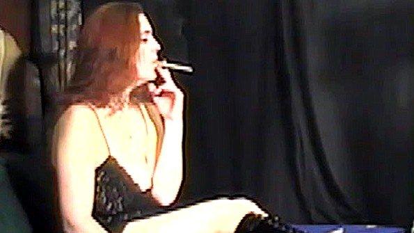 Бабенка с массивными сисяндрами курит сигарету и раздевается догола
