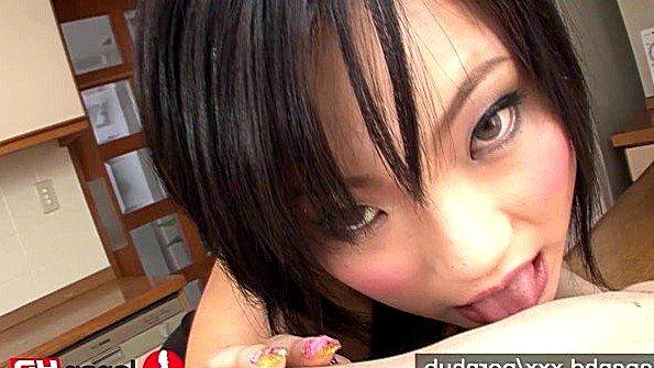 Японка делает минет ухажеру и надеется на его вкусную сперму