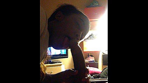 Сиськастая негритянка делает мужу минет пока тот смотрит телевизор