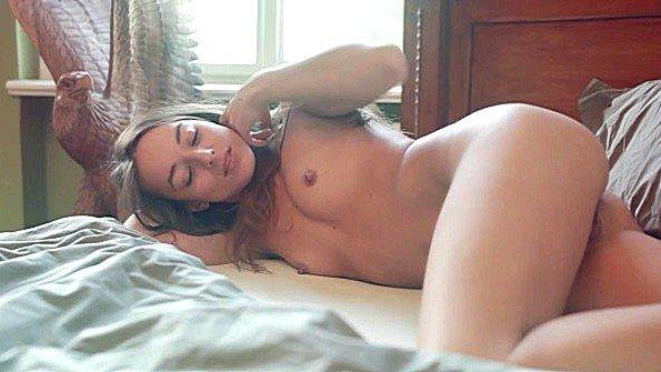 Горячая брюнетка с крупными титями мастурбирует пелотку поутру