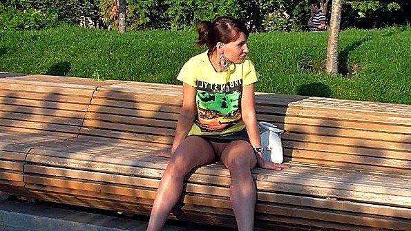 Длинноногая девица позирует в парке и показывает свою пизду