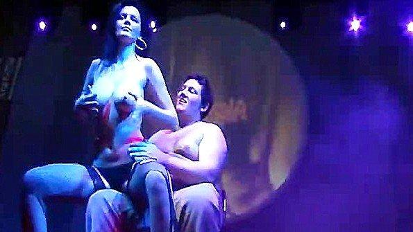 Сисястая стриптизерша в чулках провоцирует зрителя из зала на сцене