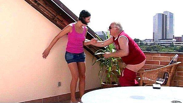 Застала старого соседа за дрочкой хуя и нарвалась на грубую еблю