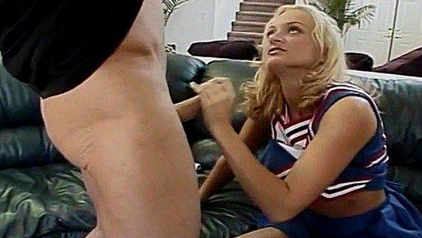 Блондинка из группы поддержки команды раздвигает ноги перед тренером