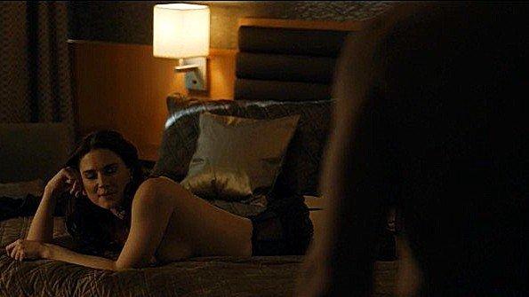 Милая Alexandra Breckenridge играет роль в постельной сцене в фильме