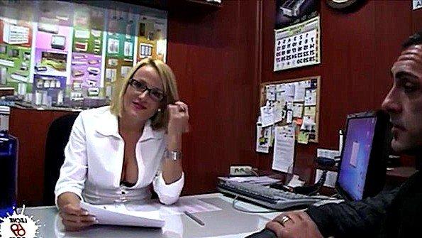 Мильфа с большими титями грубо ебется в офисе с посетителем