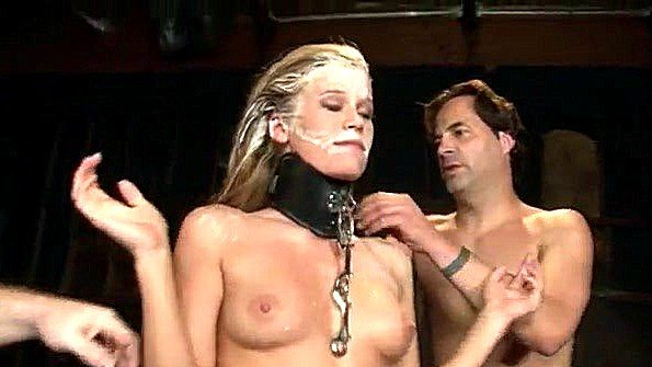 Сексуальная рабыня здорово трахается с мужиками будучи на поводке