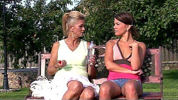 Престарелая лесбиянка совратила молодую девушку на скамейке