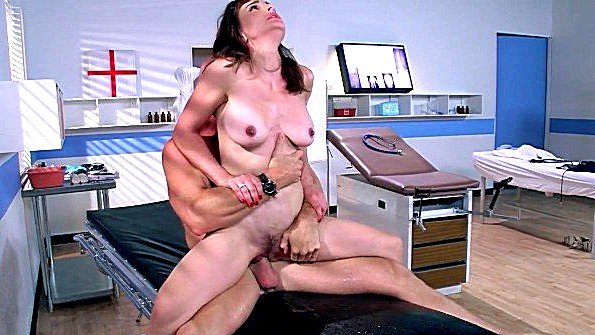 Доктор не жалеет пизду пациентки с большими сисями и ебет