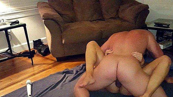 Широкозадая жена лежит с мужем на полу и получает семя в пизду