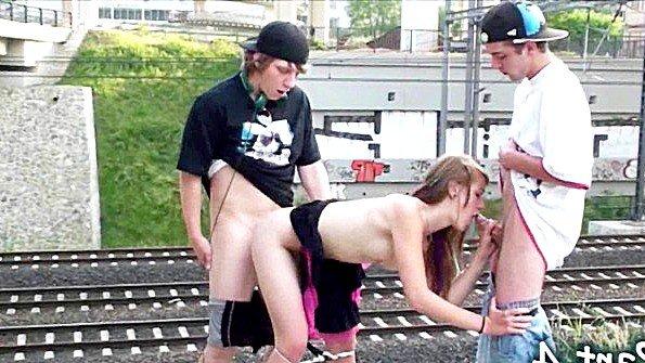 Два пацана с подружкой рады поебаться перед железной дорогой