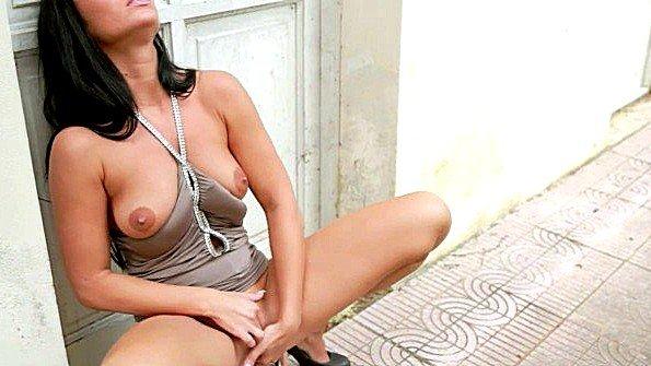 Кокетка мастурбирует пиздень возле входной двери на улице