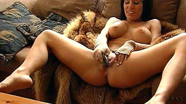Грудастая шалунья любит экстремально сквиртить от своей мастурбации