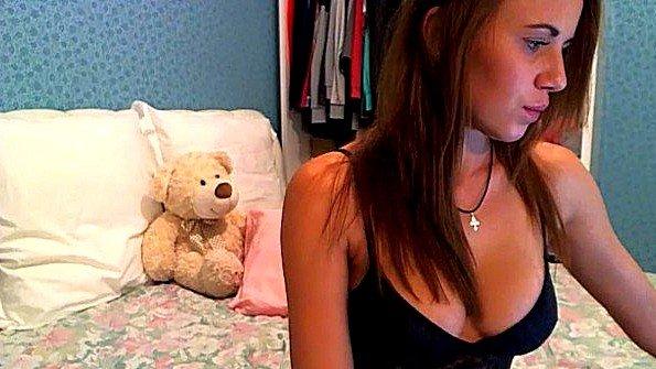 Девушка балуется со шмонькой повернувшись раком к камере