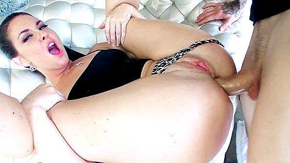 Сучка обожает анальный секс и горячо ебется в жопку с кавалером