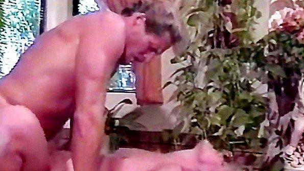 Муж прервал мытье жены в ванной и поспешил круто отыметь