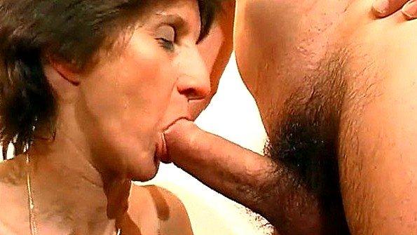Старая баба в чулках подставляет пизду под язык любовника