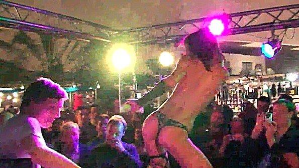 Возбужденная стриптизерша показывает разврат в ночном клубе