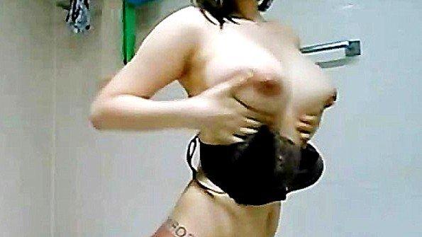 Кореянка с массивными буферами моется в душе и ласкает себя на камеру