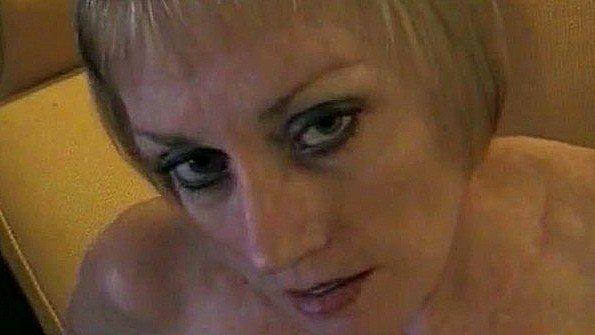 Пьяная мать мастурбирует перед сыном и сосет его классный хуй