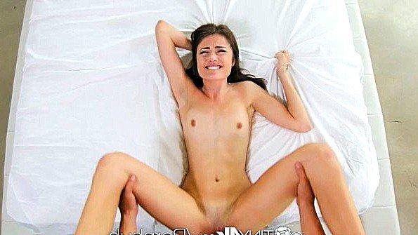 Барышня наслаждается трахом и показывает много эмоций в сексе