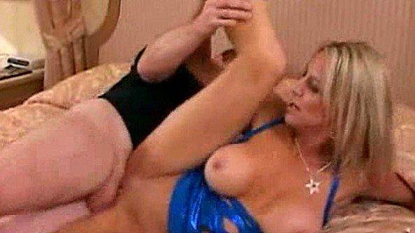 Мамашка за 50 с огромными титьками беспощадно ебется с мужем и парнем