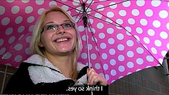 Девица в очках порадовала пикапера долгим желанием трахаться