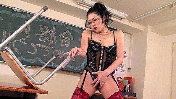 Возбужденная японская учительница передергивает пиздищю в классе