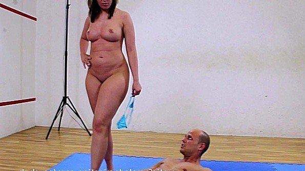 Госпожа ходит ногами по телу раба и заставляет лизать ей пизду
