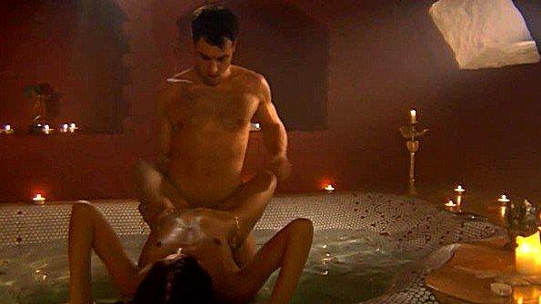 Индианка изучает Камасутру и неистово трахается с парнем в ванной