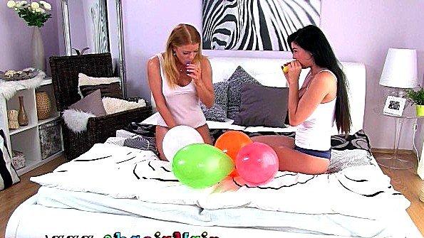 Горячие подружки устроили лесбийский секс в честь дня рождения