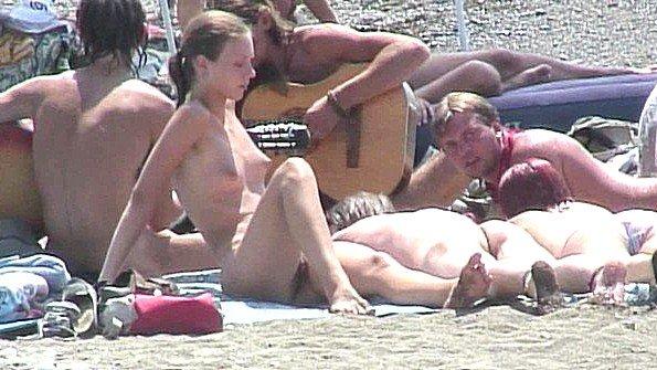 Подглядывание за отдыхающими на пляже молодыми голыми девушками