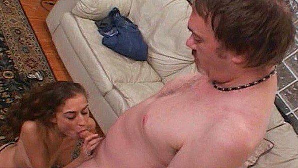 Взрослая дама разделась до белья перед мужиком и сосет его хуй
