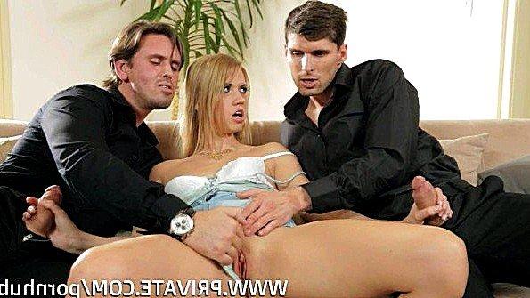Блондинка жадно трахается с двумя парнями во все мокрые дырки