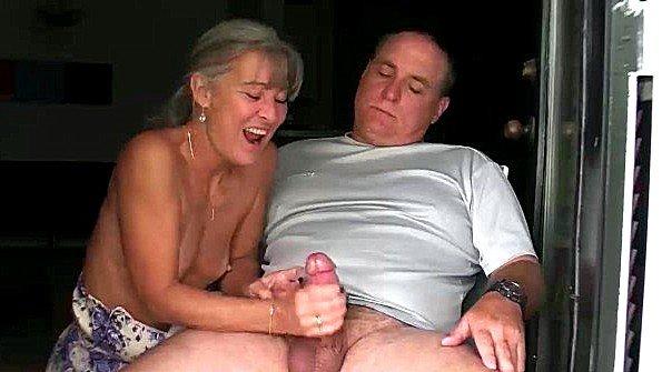 Старая жена дрочит хуй ленивому мужу и наслаждается спермой