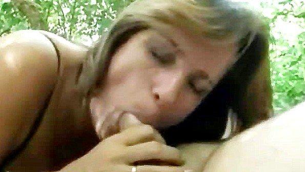 Дамочка с красивой жопенью жестко ебется в парке с воздыхателем