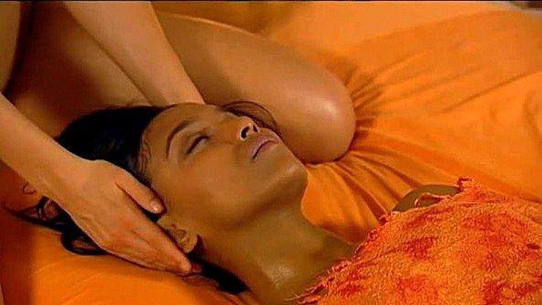 Массажистка делает чувственный массаж клиентке и доводит до экстаза