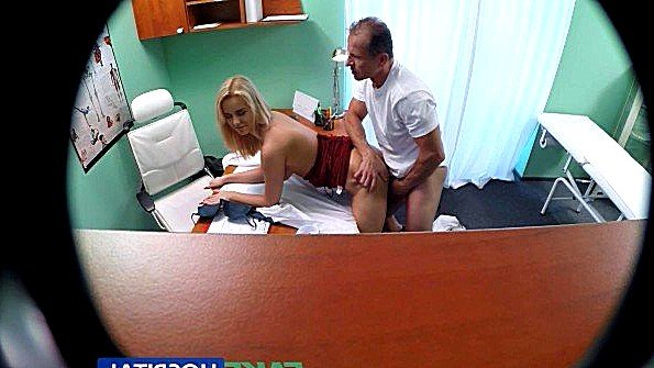 Матерая пациентка готова удовлетворить возбужденного доктора