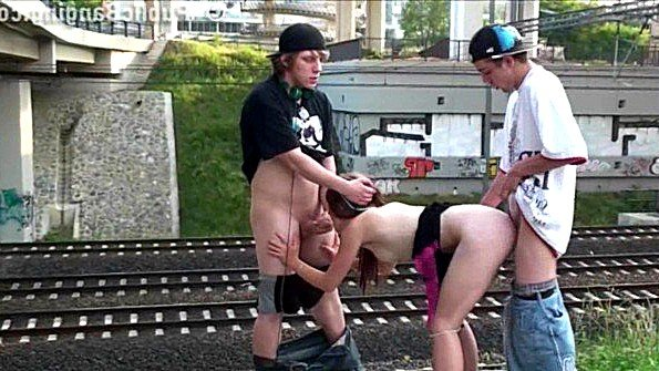 Крутой публичный секс троицы возле железной дороги на радость публике