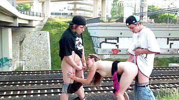 Сумасшедшая троица развратно трахается возле железной дороги