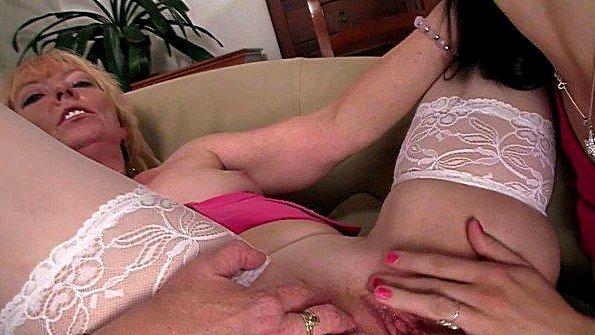 Престарелая мамаша получает лизание пизды от молодой подружки