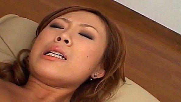 Японке перебирают киску вибратором и кончают на лицо сперму