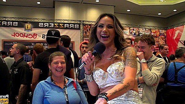 Порно звезда берет откровенное интервью у посетителей мероприятия