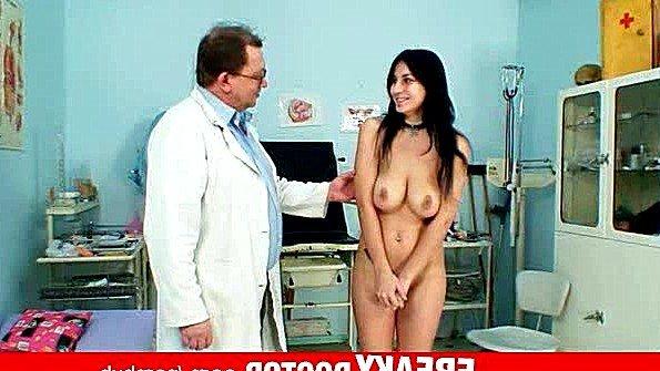 Доктор сильно возбуждает чешскую пациентку своим осмотром