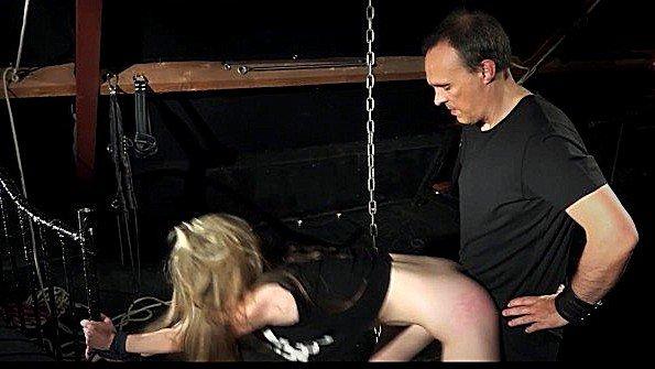 Сковал рабыню цепями и сексуально развлекается с ней по-всякому