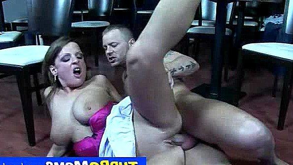 Дама с массивными дойками делает минет и ебется на полу задорно