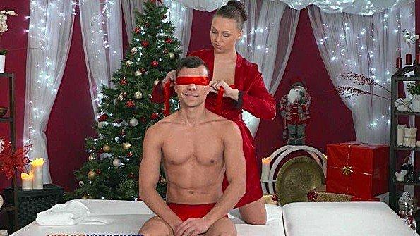 Массажистка делает новогодний массаж клиенту и легко соблазняет