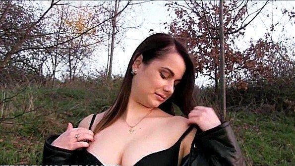 Пикапер заплатил деньги девице с большими грудями за трах в лесу